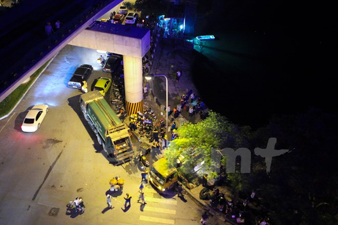 Hàng trăm công nhân đã phải túc trực trắng đêm để xử lý sự cố. (Ảnh: Minh Sơn/Vietnam+)