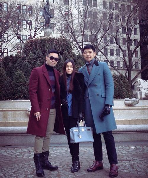 Denis Do và em trai Đỗ Hoàng Việt chụp cùng bạn tại New York