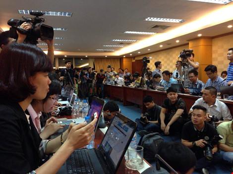 Các phóng viên báo đài sẵn sàng cho cuộc họp báo sẽ diễn ra sau ít phút nữa. Ảnh: ĐT