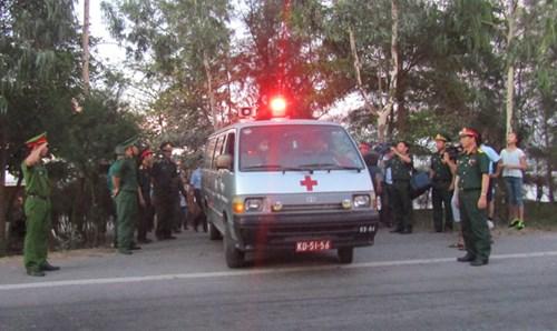 5 giờ 30 thi hài phi công Trần Quang Khải được đưa lên xe cứu thương rời khỏi cảng Hải đội 2.