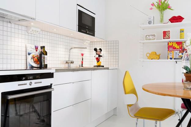 Bên cạnh đó, không gian nấu nướng và ăn uống càng trở nên ấn tượng hơn với kệ treo tường nhỏ xinh làm điểm nhấn kết nối.