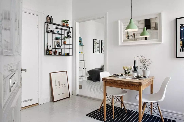 Kệ trang trí với những đường nét thanh thoát cùng những bức tranh cỡ trung là những điểm nhấn cho căn phòng.