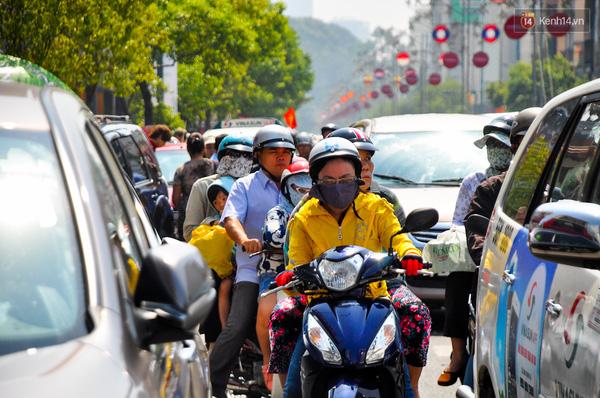 Chiều ngược lại của đường Nam Kì Khởi nghĩa cũng tê liệt, xe máy và ô tô chen nhau di chuyển.