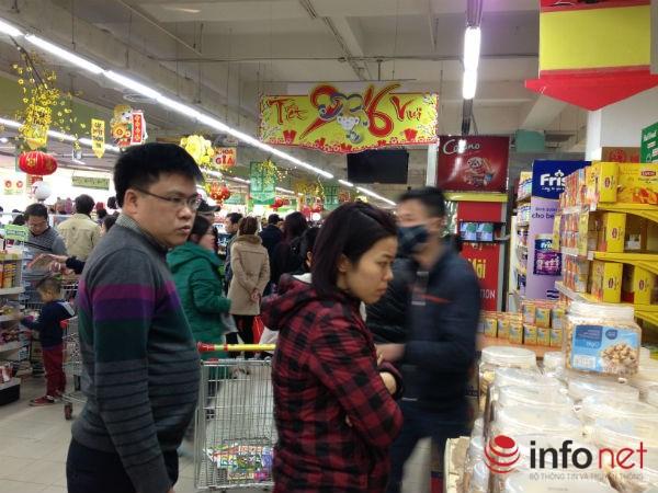 Nhiều người hôm nay mới có thời gian đi mua sắm thực phẩm thiết yếu cho gia đình