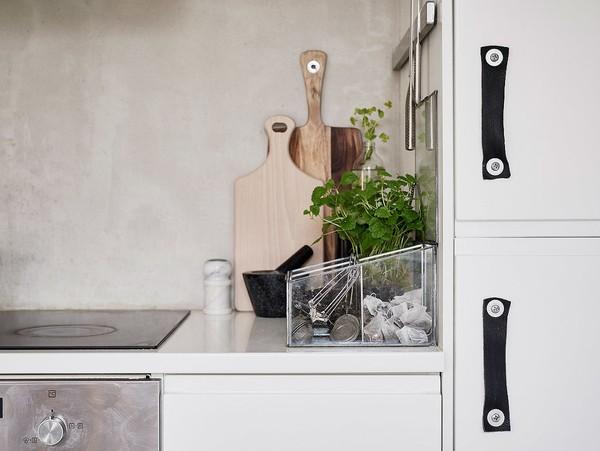 Mọi dụng cụ đều được lưu trữ ngăn nắp trong khu bếp.