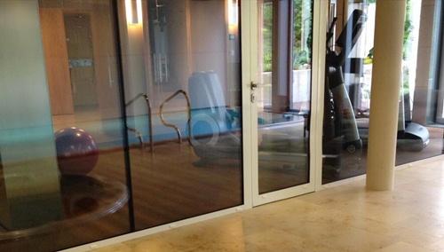 Trong căn biệt thự còn có bể bơi, phòng tập luyện thể dục - thể thao.