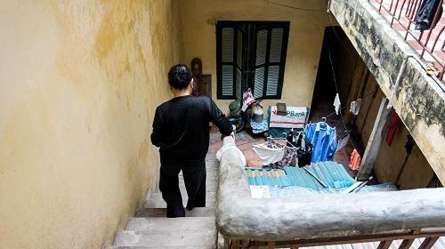 Những ngày đông rét mướt hay buổi đêm mưa gió bão bùng, hai ông bà vẫn phải lên xuống hàng chục bậc cầu thang để đi xuống được khu vệ sinh chung của ngõ. Hiện khu vệ sinh chung của ngõ hiện nay có 6 hộ sử dụng.
