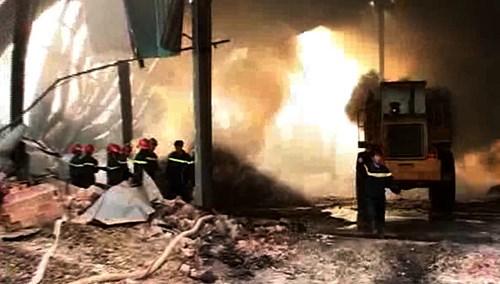 Đợt cứu hỏa cuối cùng tại kho mì Phú Lợi.