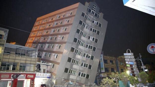 Nhiều tòa nhà bị sập hoặc bị ảnh hưởng do động đất - Ảnh: AFP, Reuters