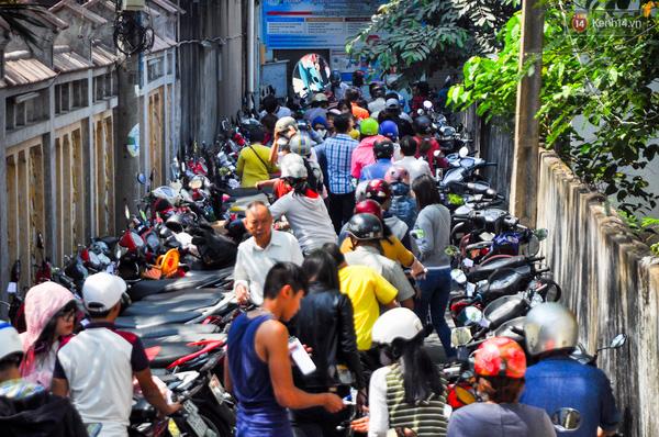 Các bãi giữ xe hét giá 20.000 đồng/chiếc nhưng vẫn chật cứng phương tiện xe máy.