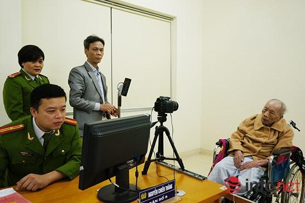 Cụ Nguyễn Hữu Tâm (90 tuổi) được người nhà đưa đi làm lại chứng minh thư nhưng được hướng dẫn sang làm thẻ căn cước công dân.