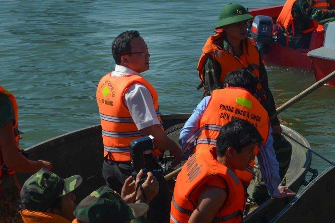 Ông Khuất Việt Hùng trên canô - Ảnh: Tấn Lực