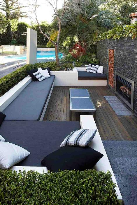 Một sân thượng ấm cúng nhỏ với ghế sofa thoải mái và một lò sưởi.