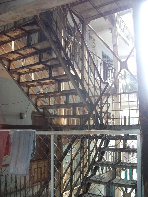 Lối đi thoát hiểm bên trong một tòa chung cư cũ tại quận 1.