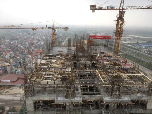Công nhân đang xây dựng tầng 22