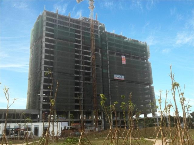 Phía trước tòa T2, khu cây xanh cũng đã được trồng để phục vụ chỗ nghỉ ngơi của cư dân