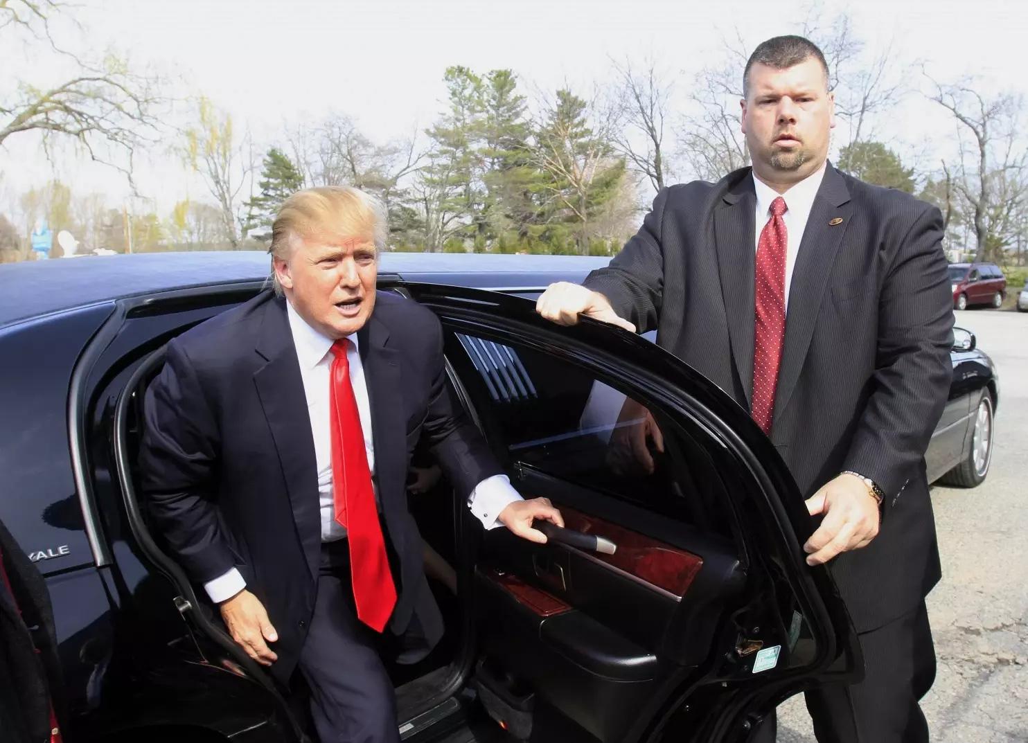Và đây là chiếc xe hiện tại ông đang sử dụng. Rolls Royce đã trở thành hạng xoàng, giờ ông lái chiếc Limo của cá nhân để dạo chơi quanh thành phố. Ảnh: TTB