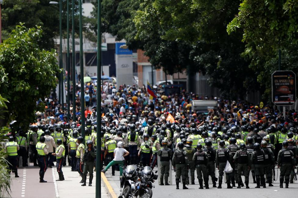 Toàn cảnh cuộc đụng độ giữa cảnh sát và người biểu tình. Ảnh: Reuters