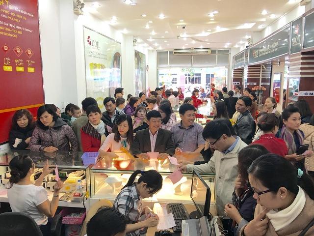 Theo ghi nhận tại 172 Hùng Vương, TP Đà Nẵng, rất đông khách đến mua vàng từ sáng nay.