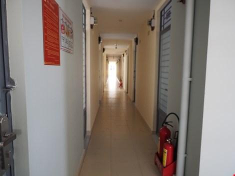 Hành lang tuy nhỏ nhưng vẫn được trang bị đầy đủ hệ thống của một chung cư hiện đại, có cả phòng cháy chữa cháy