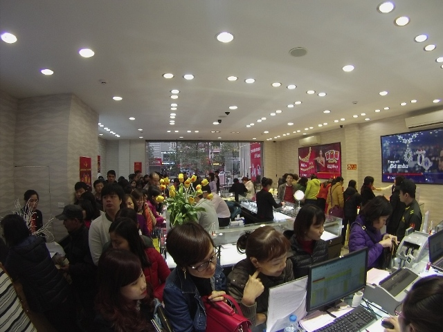 Nhiều khách hàng đã nhanh trí tản đến các địa điểm mới của DOJI, số 10A Hà Đông, Quang Trung, Hà Nội để bớt thời gian chờ đợi nhưng vẫn đông không kém.