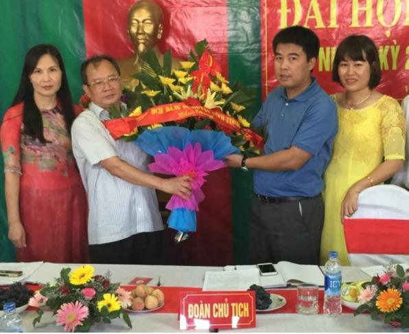 Ông Nguyễn Văn Hậu (áo xanh, đứng giữa) - Chủ tịch HĐQT Công ty Cổ phần Tập đoàn Phúc Sơn