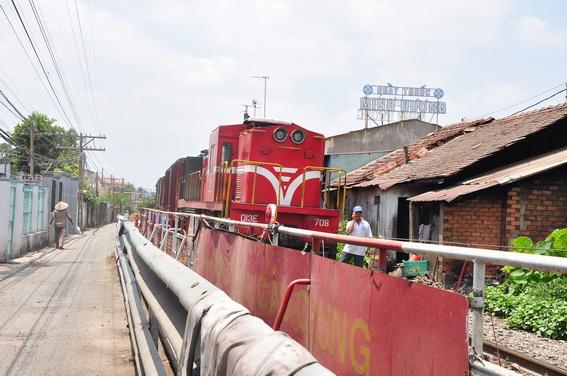 Chuyến tàu Bắc - Nam đang kẹt ở hướng vào Sài Gòn.
