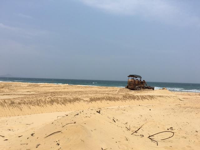 Khu vực bãi biển trước khách sạn đang được san lấp