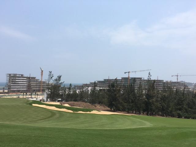 Khu khách sạn FLC Hotel Quy Nhơn, quy mô 600 phòng tiêu chuẩn 5 sao được cất nóc vào đầu tháng 2, hiện đang trong giai đoạn hoàn thiện xây dựng.