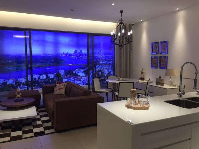 Phòng khách một căn hộ mẫu của dự án The Nassim nhìn ra sông Sài Gòn