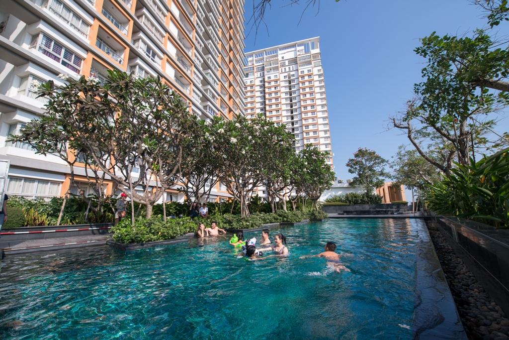 Một góc hồ bơi tại Dragon Hill 1 - nơi cư dân tận hưởng cuộc sống tiện nghi, thoải mái.