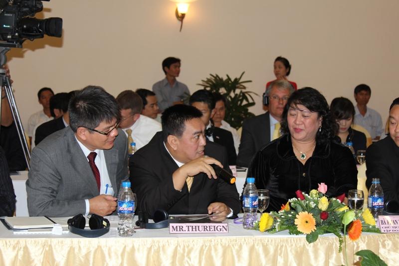 Hoàng thân, tỷ phú Ảrập Xêút - Thureign Augn (ngồi giữa) đang trình bày ý kiến mong muốn tham gia góp vốn vào dự án tại cuộc họp báo. Người kế bên (phải) là bà Phan Thị Phương Thảo - Chủ tịch HĐQT tập đoàn Khang Thông, người được cho là đầu mối kết nối vị tỷ phú này với PTT