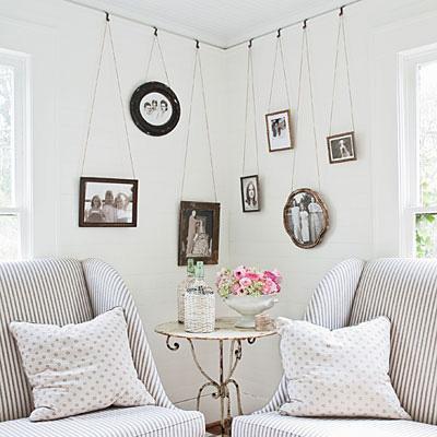 Bạn cũng có thể tìm những bức ảnh ưa thích và treo lên tường ở những góc kẹt trong nhà.