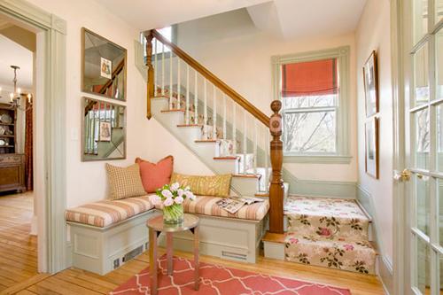 Góc giao nhau giữa cầu thang và một phần tường giúp bạn có được nơi kê sofa tiếp khách, ngồi nghỉ ngơi ngay gần cửa ra vào.