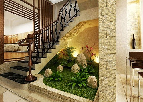 Trang trí tiểu cảnh dưới gầm thang làm tăng sự sinh động cho phòng khách.