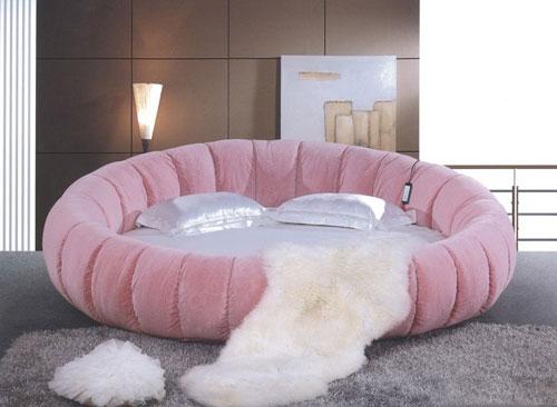 Chiếc giường tròn màu hồng mang đến cảm giác lãng mạn, gắn kết giữa các cặp đôi bởi thiết kế mềm mại.