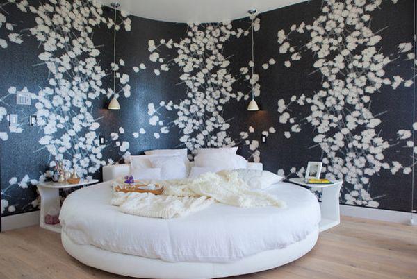 Tường phòng ngủ lựa chọn giấy dán tường ấn tượng làm nền cho giường tròn sắc trắng thêm long lanh.