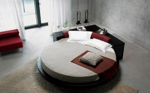 Khác với sản phẩm giường hình chữ nhật kê sát tường, bạn có thể bố trí giường tròn nhà mình ở bất kỳ vị trí nào trong phòng ngủ.