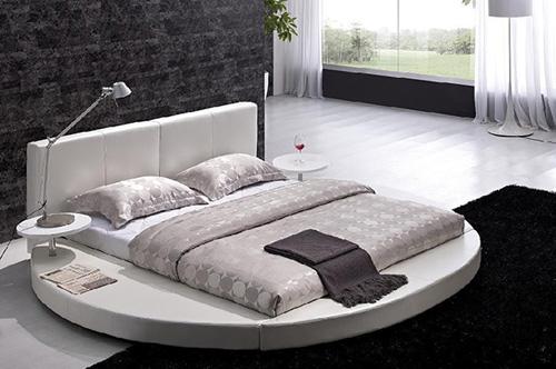Nếu lo ngại giường tạo cảm giác chật chội, bạn hãy chọn tông trắng vừa lịch sự vừa giúp nhà có vẻ thoáng rộng.