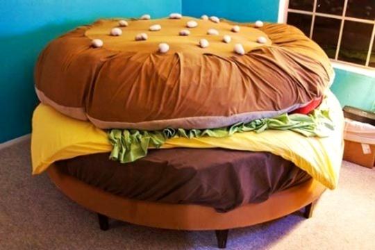 Những chiếc bánh hamburger hay sandwich mà bé thích ăn, nay lại ôm chầm lấy bé trong giấc ngủ, quả là một trải nghiệm thú vị và mới mẻ!