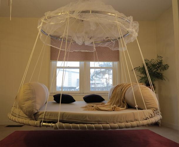 Chiếc giường treo xinh xắn này rất thích hợp cho các cô nàng mơ mộng.