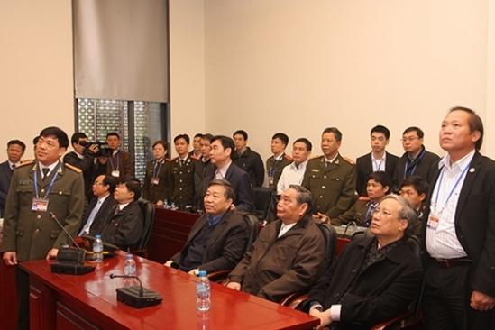 Lãnh đạo Trung tâm Chỉ huy Bộ Công an báo cáo với Thường trực Ban Bí thư Lê Hồng Anh, lãnh đạo Bộ Công an phương án bảo vệ Đại hội.