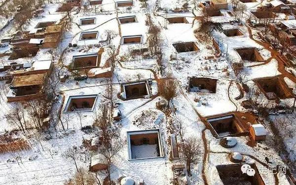 Những ngôi nhà dưới lòng đất này có hình vuông. Điểm đặc biệt ở những ngôi nhà này đó là vào mùa hè rất dễ chịu còn mùa đông ấm áp.