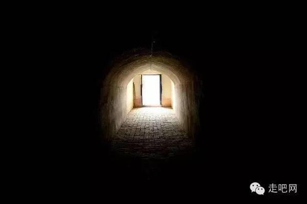 Con đường hầm tối dẫn vào một ngôi nhà trong làng.
