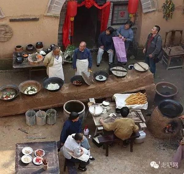 Cảnh nấu ăn ở khoảng sân chung của một quần thể nhà dưới lòng đất.