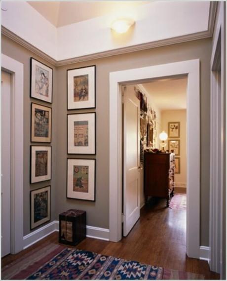 Đôi khi chỉ cần treo vài bức tranh là bạn đã có thể khiến nơi giao nhau giữa hai bức tường trở nên nổi bật hơn.