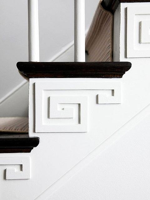 Với những bức tường chạy dọc cầu thang, bạn hãy tô vẽ thêm các chi tiết sinh động. Nếu khéo tay một chút đừng ngại ngần đắp thêm các hoa văn dọc theo từng bậc, bức tường nhà bạn sẽ trở nên độc đáo hơn nhiều.