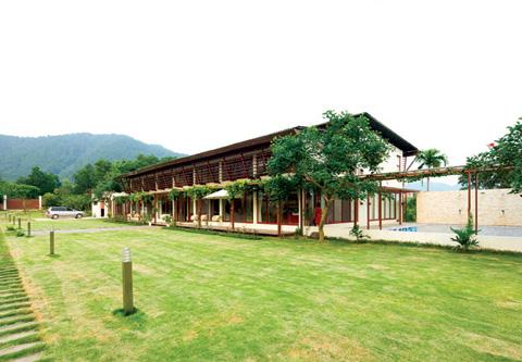 Ngôi nhà được xây dựng trên một khu đất rộng với rất nhiều cây xanh.