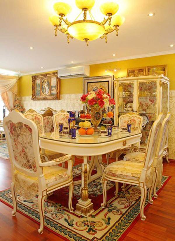 Cặp đôi Minh Khang và Thúy Hạnh đã mất hơn một năm để sưu tập, sắm sửa tất cả các vật dụng trang trí trong nhà. Bàn ăn cũng được lựa chọn theo phong cách cổ điển châu Âu.