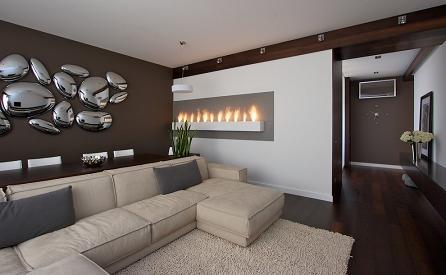 Những miếng kim loại phồng láng bóng với đủ kích thước được đặt tự do trên tường giúp phòng khách nhà bạn trở nên vô cùng độc đáo và phá cách.
